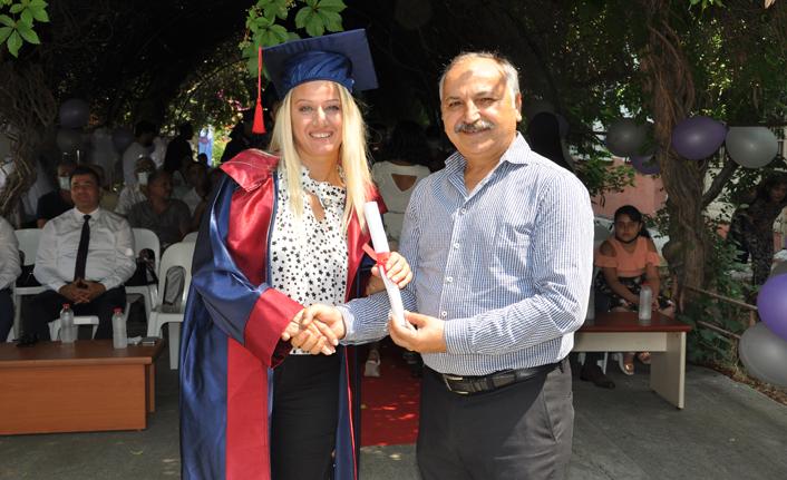 ilk lise diplomalarını verdi