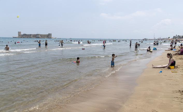 Mersin'in plajlarına akın akın