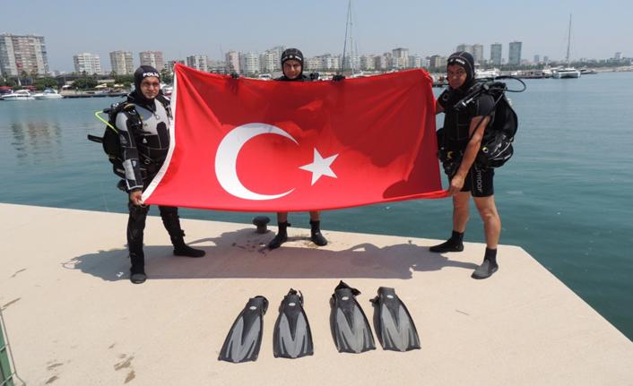 Su altında Bayrak açıldı