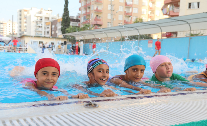 Mezitli'de Kursiyerler Yüzmeyi Öğrenerek Sertifika Aldılar