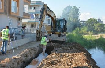 Tarsus'un Merkezinde Açıktan Akan Kanalı Kapattı