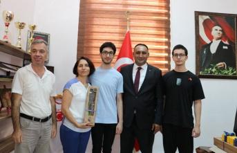 Yılmaz, YKS'de Derece Yapan İkiz Kardeşleri Ödüllendirdi