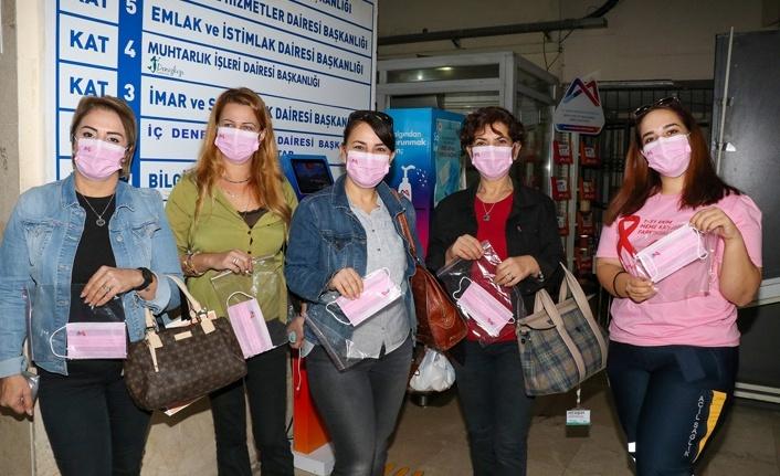 Personel pembe maske taktı